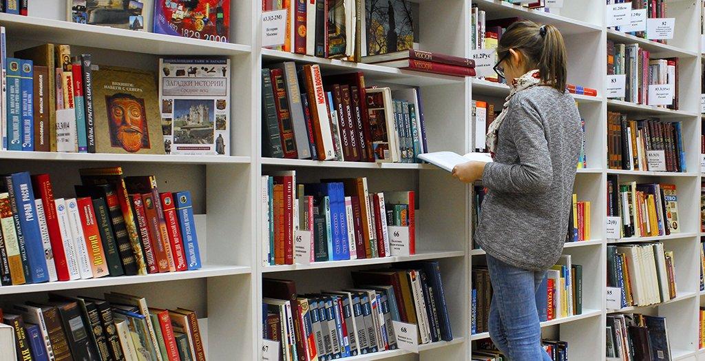 Uitzoeken boek papier
